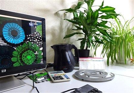 部屋 テーブル パソコン 植物