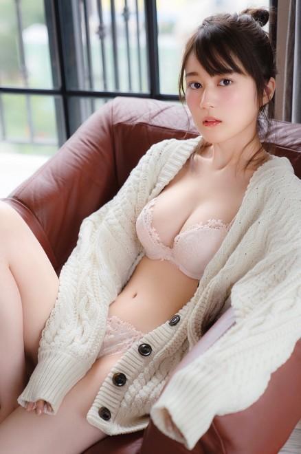 泡を両手で持って笑顔で入浴する生田絵梨花