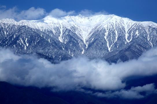 雲に巻かれる白銀の宝剣岳