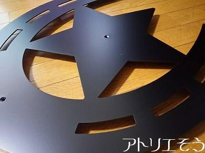 アトリエそうデザイン制作のオーダーメイドアルミ製妻飾りです。ロートアイアン風ステンレス製の素敵な馬の蹄鉄と星を組み合わせた妻飾りの写真です。