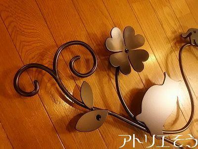 アトリエそうデザイン制作のロートアイアン風アルミ製妻飾りです。イニシャルSに猫2匹組み合わせた可愛いステンレス製妻飾りの写真です。