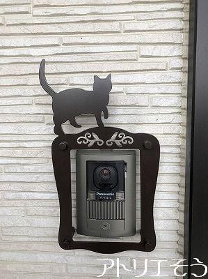 ロートアイアン風ステンレス製の猫モチーフのインターホンカバーの設置写真