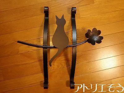 ロートアイアン風アルミ製妻飾りです。猫と四葉のクローバーの妻飾り。