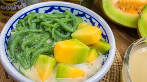 Thai pandan short vermicelli in palm-sugar coconut milk