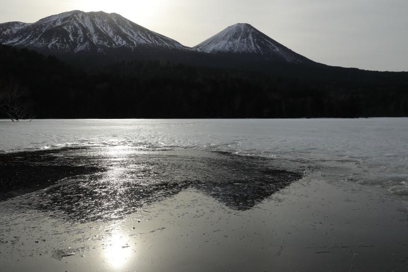 7181 薄氷に映る山