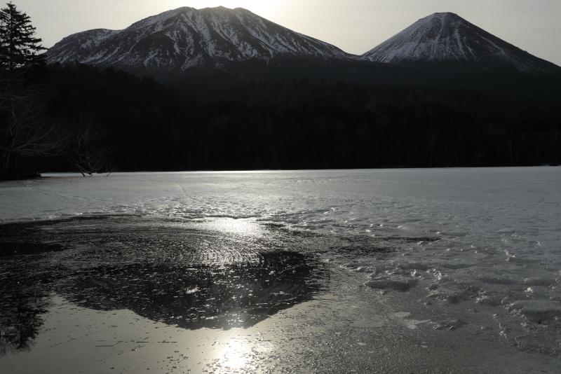 7172 薄氷に映り込んだ雌阿寒岳