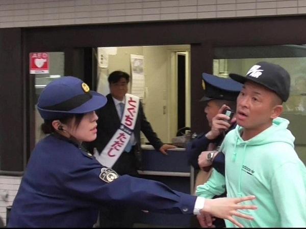 応援のスタッフが熱心に私の話を聴いていた女性のご老人と話をしていたら、突然「この人殴りました」「この人、この人」と女性スタッフが突然声を出した。そして男は逃げようとした。