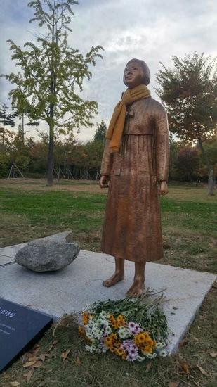 仁川市の冨平公園に立てられた拳を固く握った平和の少女像=「仁川平和の少女像建立推進委員会」提供 ハンギョレ新聞社