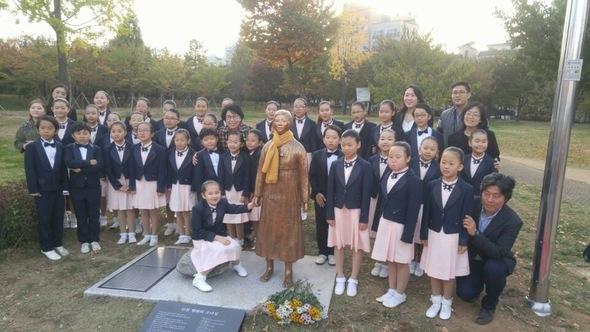 今月29日の除幕式に参加した子供たちが平和の少女像と共に記念撮影をしている=「仁川平和の少女像建立推進委員会」提供 ハンギョレ新聞社