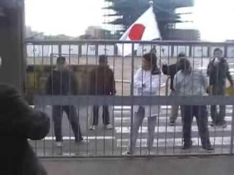 在特会がボランティアで運び込むと申し出たが、朝鮮学校は門を開けなかった。