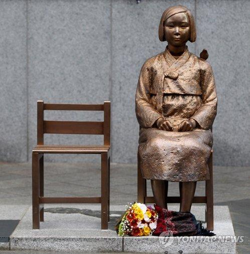 なぜ売春婦像に椅子が2つあるのか?実は「米軍装甲車女子中学生轢死事件」の犠牲者2人の像だった