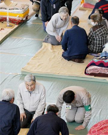 南三陸町の避難所で、被災者に声をお掛けあそばされる天皇陛下、皇后陛下=2011年4月27日午後、同町の歌津中学校(スリッパなしで正座されている)