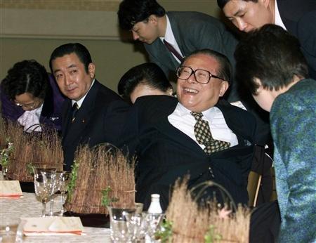 1998年11月25日、元赤坂の迎賓館で開かれた非公式夕食会で、ご満悦の表情を浮かべる江沢民