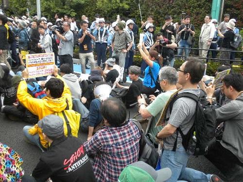 320160605川崎発!日本浄化デモ第三弾!国会議員の有田ヨシフも一緒になって車道に集団で座り込んだり寝そべったり(シットイン)してデモ妨害(道路交通法違反)を行った!