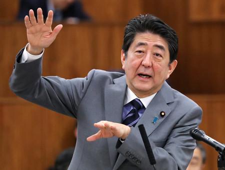 参院総務委員会で答弁する安倍晋三首相=20日午後、国会内