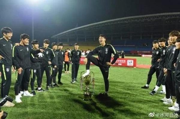 【動画】<サッカー>中国の大会で優勝した韓国、選手が優勝カップ踏みつける!全選手が頭下げ謝罪する事態に=中国ネットは怒りとあきれ