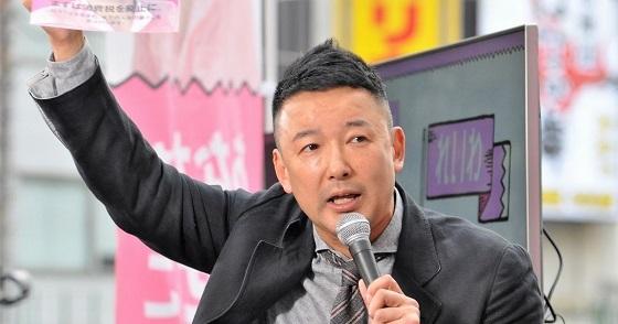 街頭で訴える山本太郎氏。新たに立ち上げた「れいわ新選組」をアピールした=2019年5月29日、東京・北千住駅