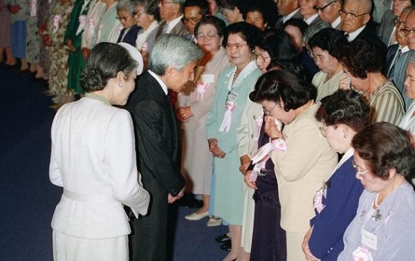 天皇陛下として初めて沖縄を訪問され、沖縄戦最後の激戦地となった摩文仁にある沖縄平和祈念堂で、犠牲者の遺族らに声を掛けられる天皇、皇后両陛下=平成5年1993年4月23日、沖縄県糸満市 撮影日:1993年04