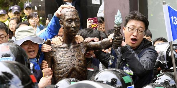 韓国・釜山の日本総領事館前では、市民団体が徴用工像を設置しようとして騒ぎを起こしたことも