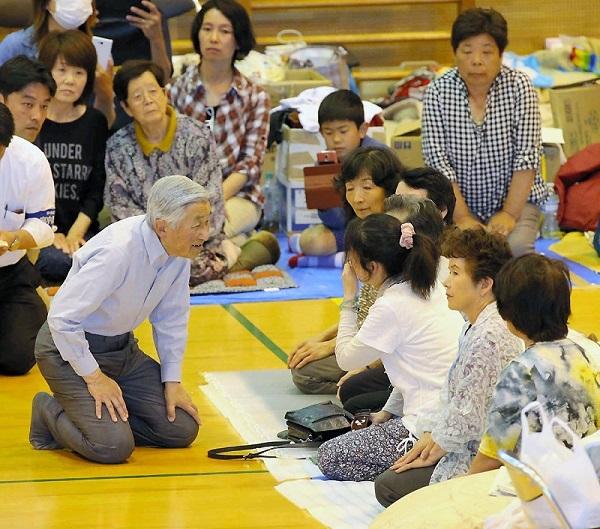 南阿蘇中学校の体育館に避難している住民に声をかけられる天皇陛下=熊本県南阿蘇村で2016年5月19日午後2時17分