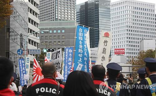 聯合「韓人街で『日韓断交』日極右、選挙に乗じ『嫌韓遊説』」・断交がヘイトスピーチとは笑止千万▲ 昨年12月に日本の極右が東京の都心部で嫌韓デモを開く様子