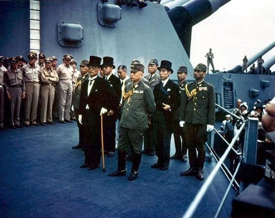 昭和20年(1945年)9月2日、東京湾に停泊するアメリカ戦艦・ミズーリ号の艦上での降伏文書調印式