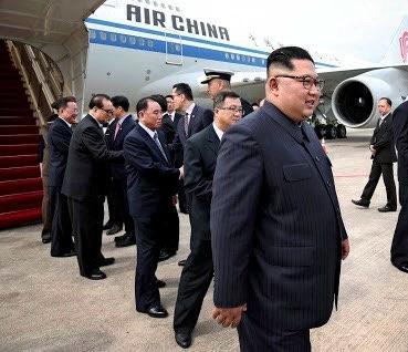 6月10日、シンガポールに到着した金正恩氏=同政府提供・ロイター■約130キロの体重、さらに?  金正恩氏、変わる風貌 背景にあるのは
