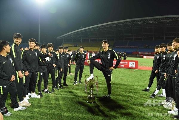 トロフィー踏みつけた韓国U-18代表、優勝剥奪処分