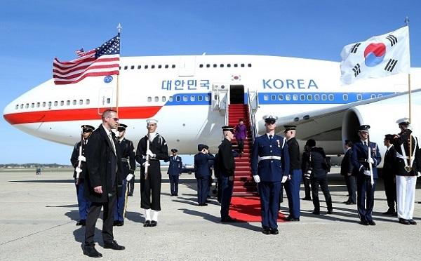▽写真 2016年3月30日=色あせ:朴槿恵大統領(当時)が、核安全保障サミットに出席するため、米国ワシントンDC近くのメリーランド州セントアンドリュース空軍基地に到着している。ギムサンソン記者