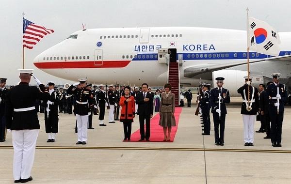 ▽写真 2011年10月11日=色あせ無し:米国を国賓訪問した当時の李明博大統領とキム・ユンオク女史、米ワシントンアンドリュース空軍基地に到着し、儀仗隊査閲を受けている。青瓦台写真記者団