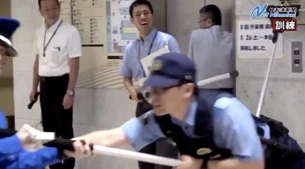 【話題】『「ナイフくらいで拳銃出すな」「警棒で対処しろ」とか言う前にこれ観た方がいい』