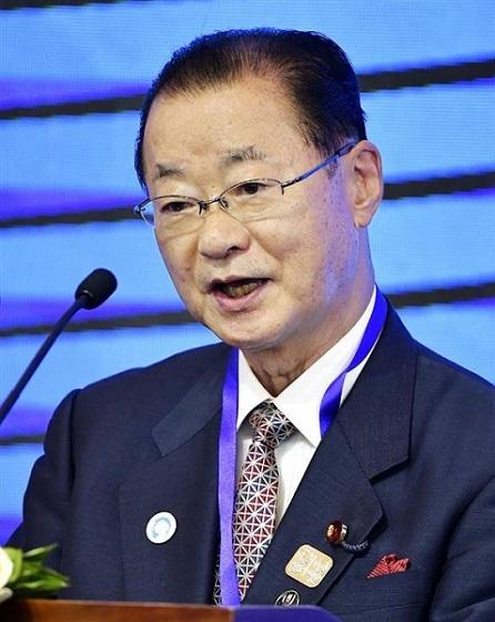 「日中韓3カ国協力国際フォーラム」で講演する河村建夫元官房長官=10日、北京(共同)