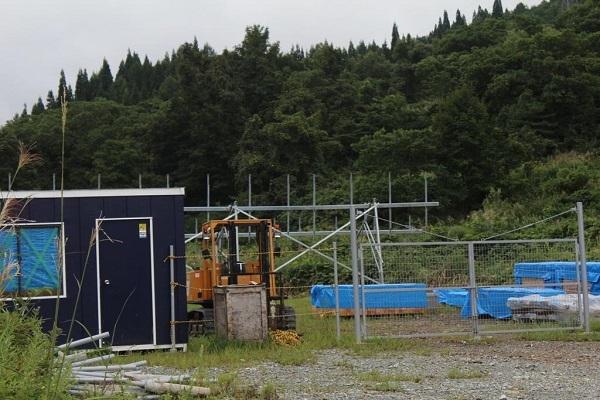 スペインや支那などの「ユニバージー75合同会社」が、山形県の冬の積雪に耐えられるかどうか実験した施設。結果は「バッキバキに壊れていた」(地元住民)という=平成30年(2018年)9月1日、山形県大石田
