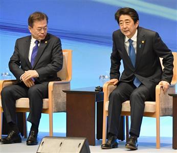 安倍首相(右)と麻生氏の決断次第で、文大統領(左)率いる韓国は絶望的状況となる