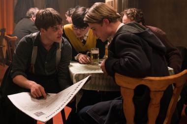 『僕たちは希望という名の列車に乗った』 ビールを飲みながらハンガリー動乱について議論する彼らはまだ高校生である。