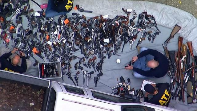 【米国】1軒の家から銃器1000丁を押収 LAの高級住宅街