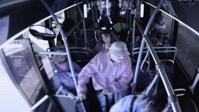【苦笑】74歳のおじいさんをバスから突き飛ばした・・・