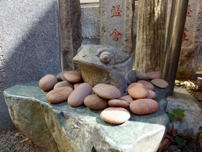 芭蕉庵の石造りの蛙