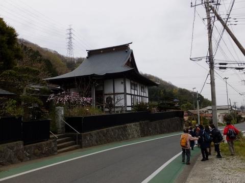 這子坂バス停近くの易往寺