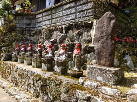 茶湯寺の徳本念仏塔とお地蔵様と六地蔵