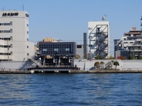 隅田川右岸より清澄排水機場・排水樋門を望む