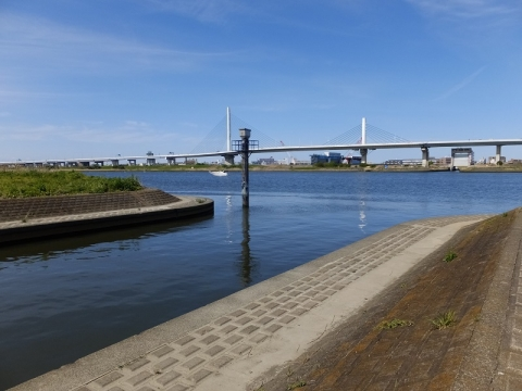 木下川排水機場・樋管ゲートを背に荒川を望む