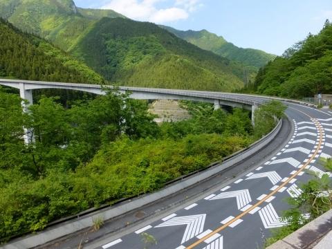 滝沢ダム前のループ橋