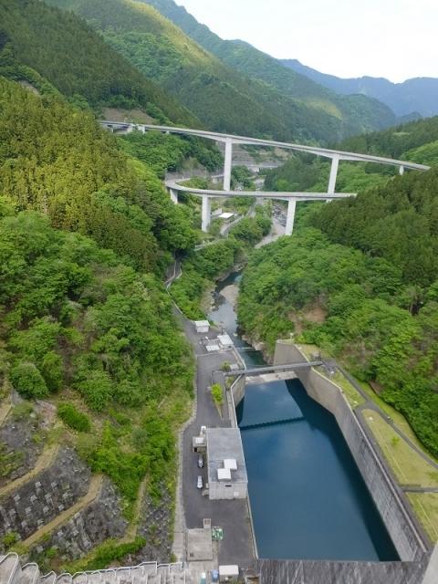 滝沢ダムより下流を望む
