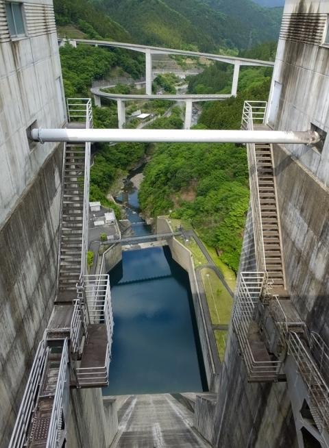 滝沢ダム常用洪水吐