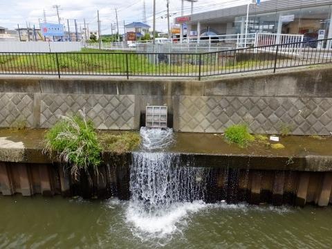 鳩川谷間橋上流の伏越呑口施設