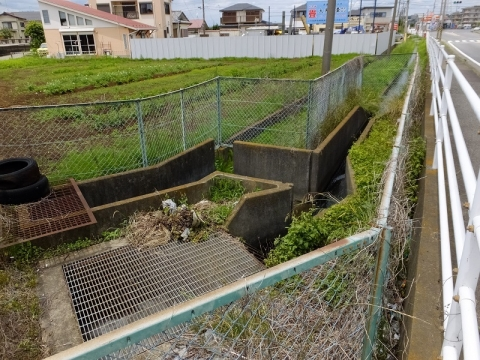 鳩川谷間橋上流左岸の伏越呑口施設