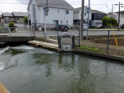 相模川左岸幹線用水路・堰の橋上流右岸の取水ゲート