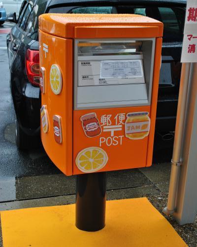 オレンジ色のポスト
