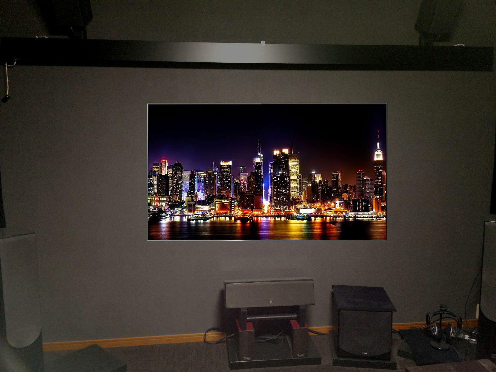 スクリーン上げたところに大型有機ELテレビ